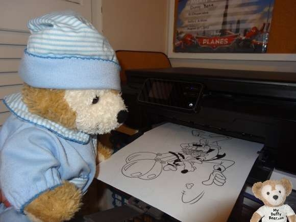 Duffy the Disney Bear prints a picture of Goofy to color